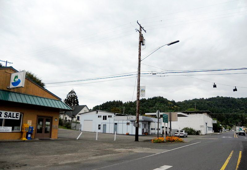 View of the main intersection in Drain, Oregon.